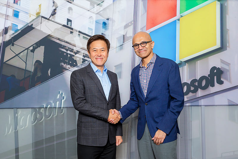 Park Jung Ho, CEO of SK Telecom (left), and Satya Nadella, CEO of Microsoft (right), at a recent meeting.