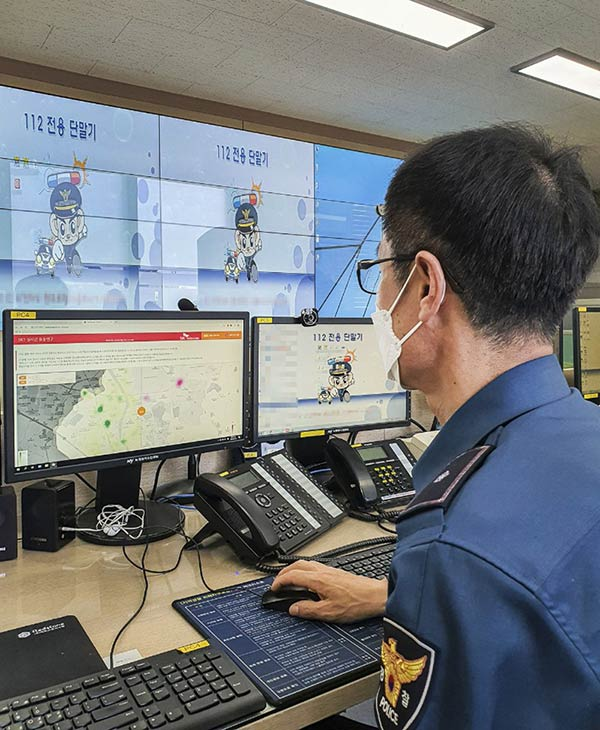 A police officer from Gyeongsan Police Station is using Geovision to pinpoint areas with a dense floating population to carry out optimized patrol operations.