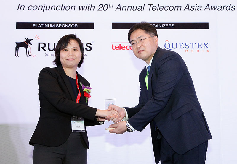 Jo Sung-ho, head of SK Telecoms 5G Tech lab receives the award and gives a speech at Telecom Asia Awards 2017, held in Kuala Lumpur on May 3. SK Telecom has been recognized as the Most Innovative Partnership Strategy for its successful deployment of world-first 5G connected car 'T5' in collaboration with Ericsson and BMW Korea Group.