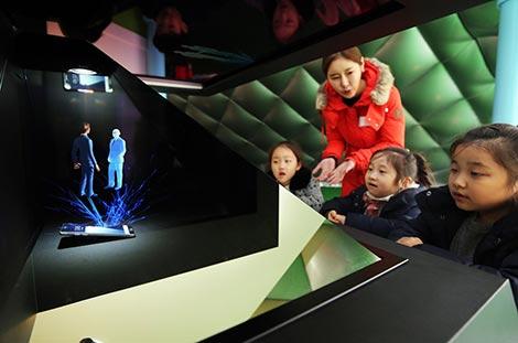 22일 각리초 학생들이 홀로그램 기술이 적용된 체험 아이템 '홀로그램 시간탐험'을 바라보고 있는 모습.