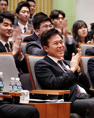 박정호 사장이 'CEO-신입 구성원과의 대화' 행사장에서 신입 구성원들의 각오를 들으며 박수를 치고 있다.