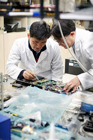 SK텔레콤은 27일 스페인 바르셀로나에서 열린 '모바일 월드 콩그레스(MWC2017)'에서 노키아(Nokia)와 「양자암호통신」 사업 협력 계약을 체결했다.  SK텔레콤 퀀텀 테크 랩(Quantum Tech. Lab) 연구원들이 양자암호통신 장비를 테스트하고 있는 모습