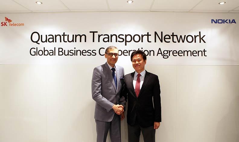 27일 스페인 바르셀로나에서 열린 '모바일 월드 콩그레스(MWC2017)'에서 노키아(Nokia) 라지브 수리 CEO(왼쪽)과 SK텔레콤 박정호 사장(오른쪽)이 「양자암호통신」 사업 협력 계약을 체결하고 있다.