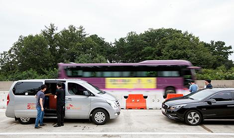 9월 5일, 한국도로공사 여주 시험도로 LTE차량통신 기술이 탑재된 승합차와 세단을 점검하는 연구진