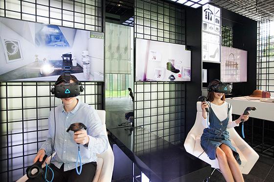 현재관에서 VR(가상현실) 기기를 통해 VR 쇼핑을 체험하고 있는 모습.