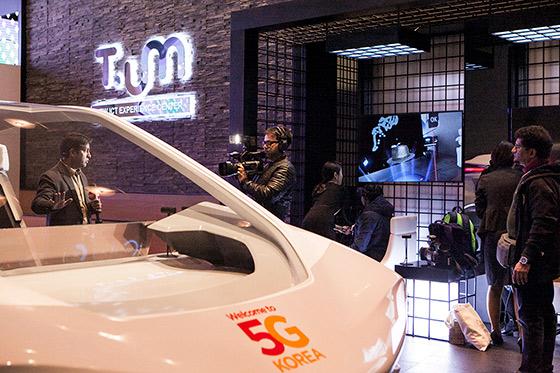 인도 언론이 현재관에서 VR(가상현실) 기기를 통한 자율 주행 체험에 대해 취재하고 있는는 모습.