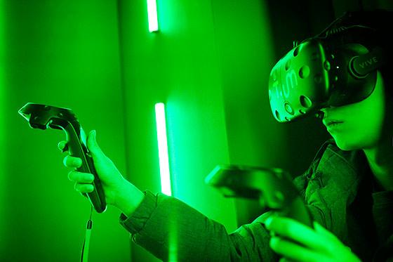 '티움' 미래관에서 VR(가상현실) 기기를 통해 로봇 원격 조종 체험을 하는 모습.