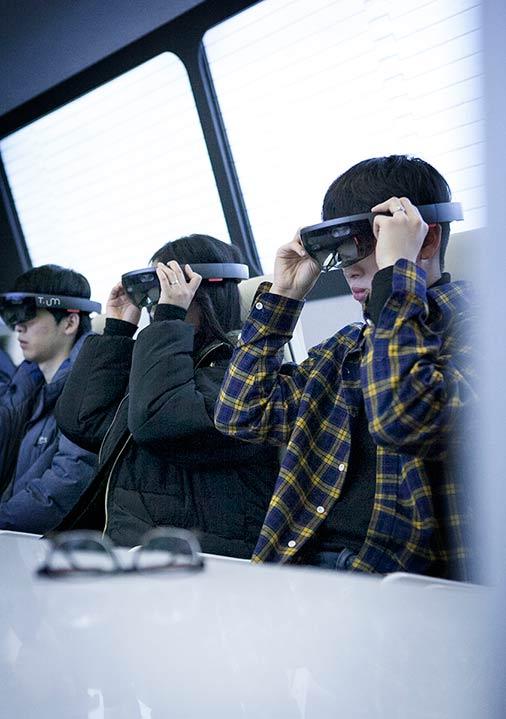 '티움' 미래관에서 AR(증강현실) 기기를 통해 조난자 구조 체험을 하는 모습.