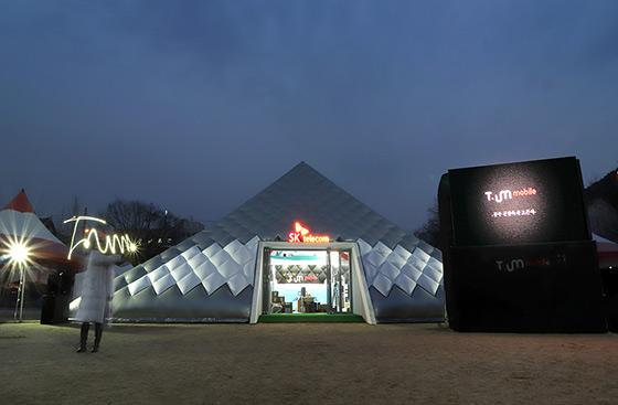 충남 공주 북중학교에 설치된 '티움(T.um) 모바일' 전면 사진. - 현장 사진 및 '미래 ICT 세상 그리기 대회' 등 추가 사진은 오후 2시까지 송부해 드리겠습니다.
